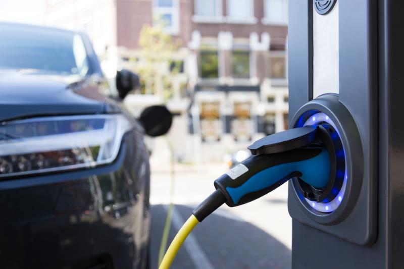 Elektro-Autoen: méi Probleemer wéi Notzen