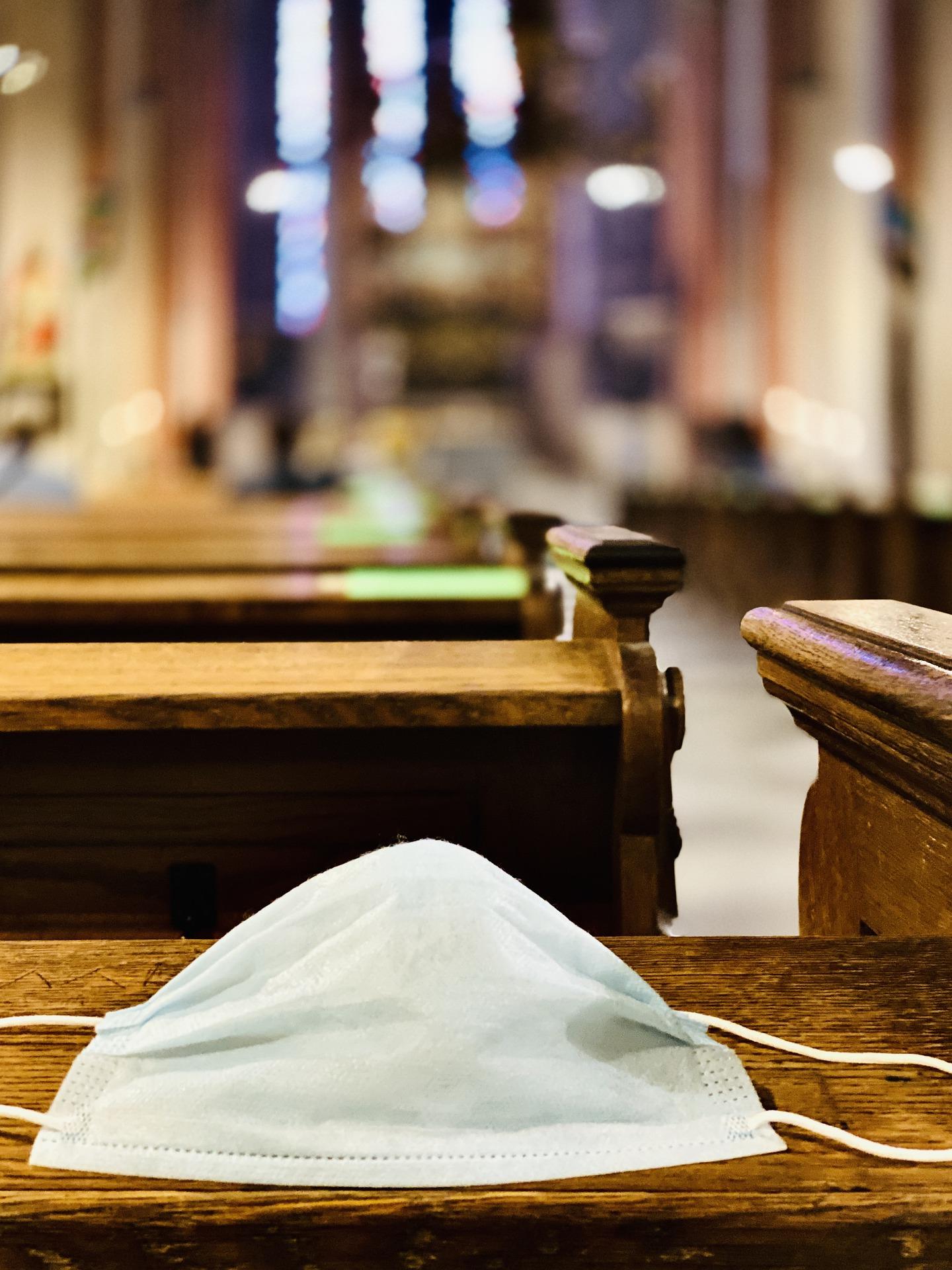 Iwwerdriwwe Corona-Bestëmmungen an der Kathoulescher Kierch?